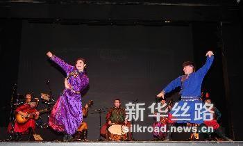 2月5日,在黑山首都波德戈里察,中国内蒙古民族艺术剧院的演员们在台上表演。