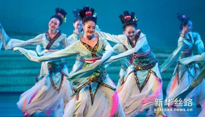 """2月8日,演员在晚会上表演舞蹈""""踏歌""""。龙8国际社记者 张金加 摄"""