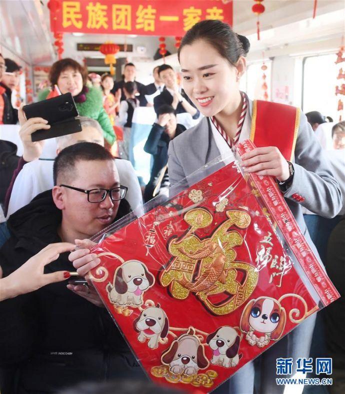 """(新春走基层)(1)""""列车春晚""""欢乐回家路"""