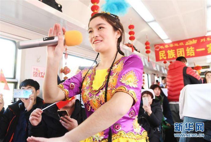 """(新春走基层)(6)""""列车春晚""""欢乐回家路"""
