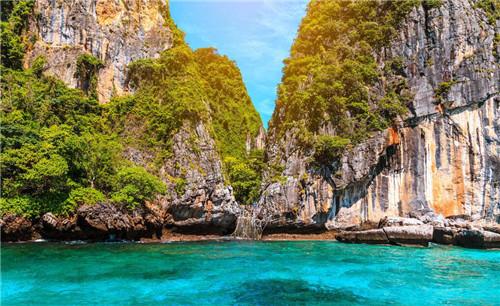 丝路旅游 旅游攻略  皮皮岛位于泰国普吉岛东南约20公里处,是由两个