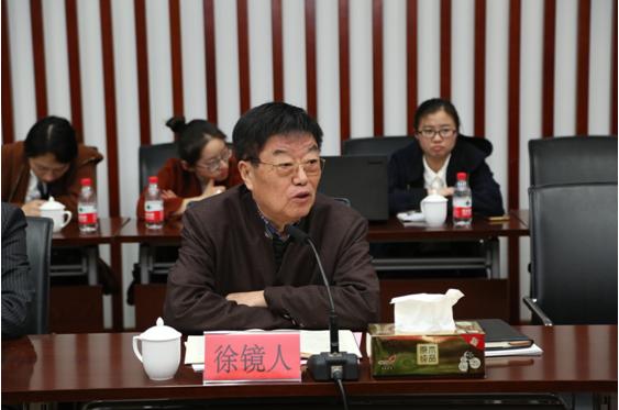 图为扬子江集团董事长徐镜人与媒体开放日记者座谈 陈宫摄