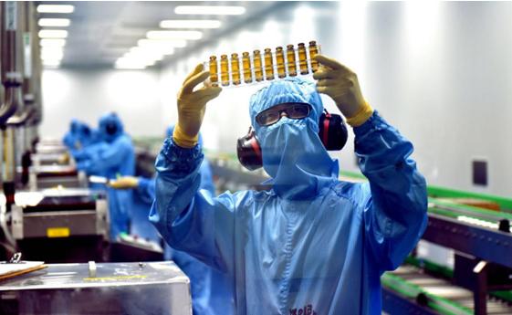 图为媒体开放日期间记者参观蓝芩口服液生产车间,陈宫摄