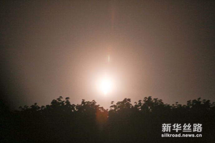 """5日凌晨,星际荣耀""""双曲线一号S""""火箭发射升空瞬间。      郝金雷 摄"""
