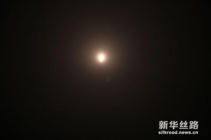 """星际荣耀""""双曲线一号S""""火箭消失在夜空中。   郝金雷  摄"""