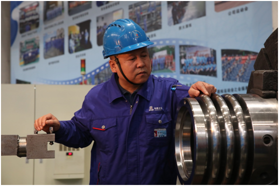 裴永斌在机台工作。图为哈电集团提供。