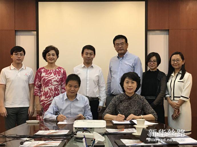 泰中罗勇工业园总裁徐根罗(前左)与中经社董事、副总裁刘明霞(前右)签署合作协议(泰中罗勇工业园供图)