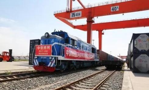中国首趟进口乌兹别克斯坦绿豆专列在西安港开箱查验1