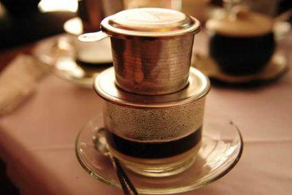 而是一种特殊的滴滤咖啡杯,紧密地压上厚厚一层咖啡粉,冲进热水,耐心
