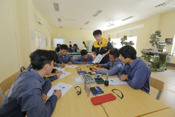 10月28日,澜湄职业教育培训中心暨柬埔寨鲁班工坊揭牌仪式在位于金边的柬埔寨国立理工学院举行。图为柬埔寨学生在铣工车间接受培训。(披隆摄)