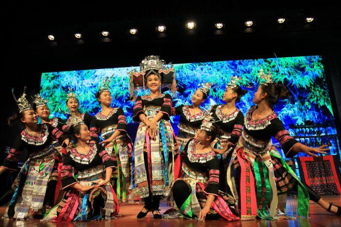 1这是中国广西环江毛南族自治县毛南音韵艺术团首次在美国亮相,图为演员在舞台表演。新华社记者 王乃水
