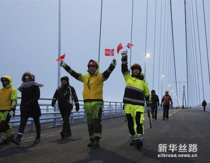 图为12月9日行人穿行挪威哈罗格兰德大桥。新华社记者梁有昶摄