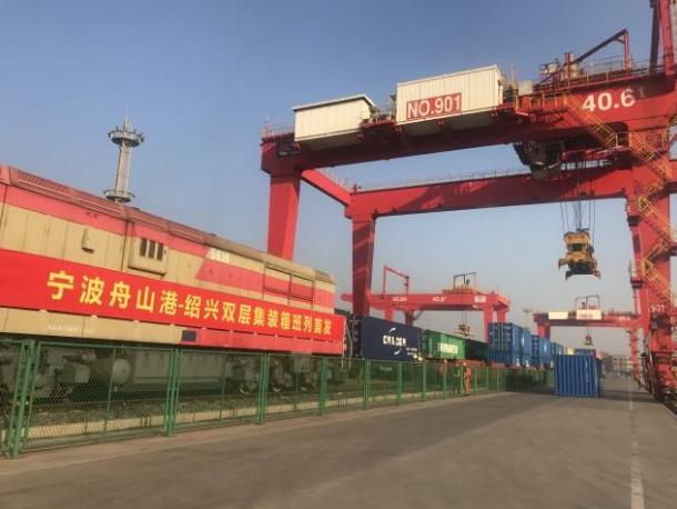 国内首条双层集装箱海铁联运班列在宁波舟山港首发