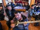 """12月的新疆喀什已是隆冬时节,而坐落于喀什老城繁华地段的""""百年老茶馆""""却暖意浓浓。每日午后,老人们穿过百米长的巷子,买好了馕,拾级而上来到极具民族特色的""""百年老茶"""