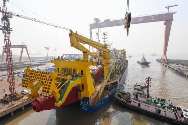 """中国自主设计研发""""天鲲号""""自航绞吸挖泥船成功下水。"""