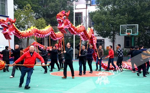 火龙表演队员坚持每天按时训练,力争展现出最精湛的舞龙技艺。华龙网-新重庆客户端记者 李黎 摄