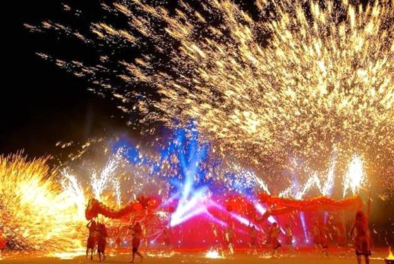 去年元宵节,重庆铜梁火龙的精彩演绎倾倒上万台岛民众。华龙网资料图