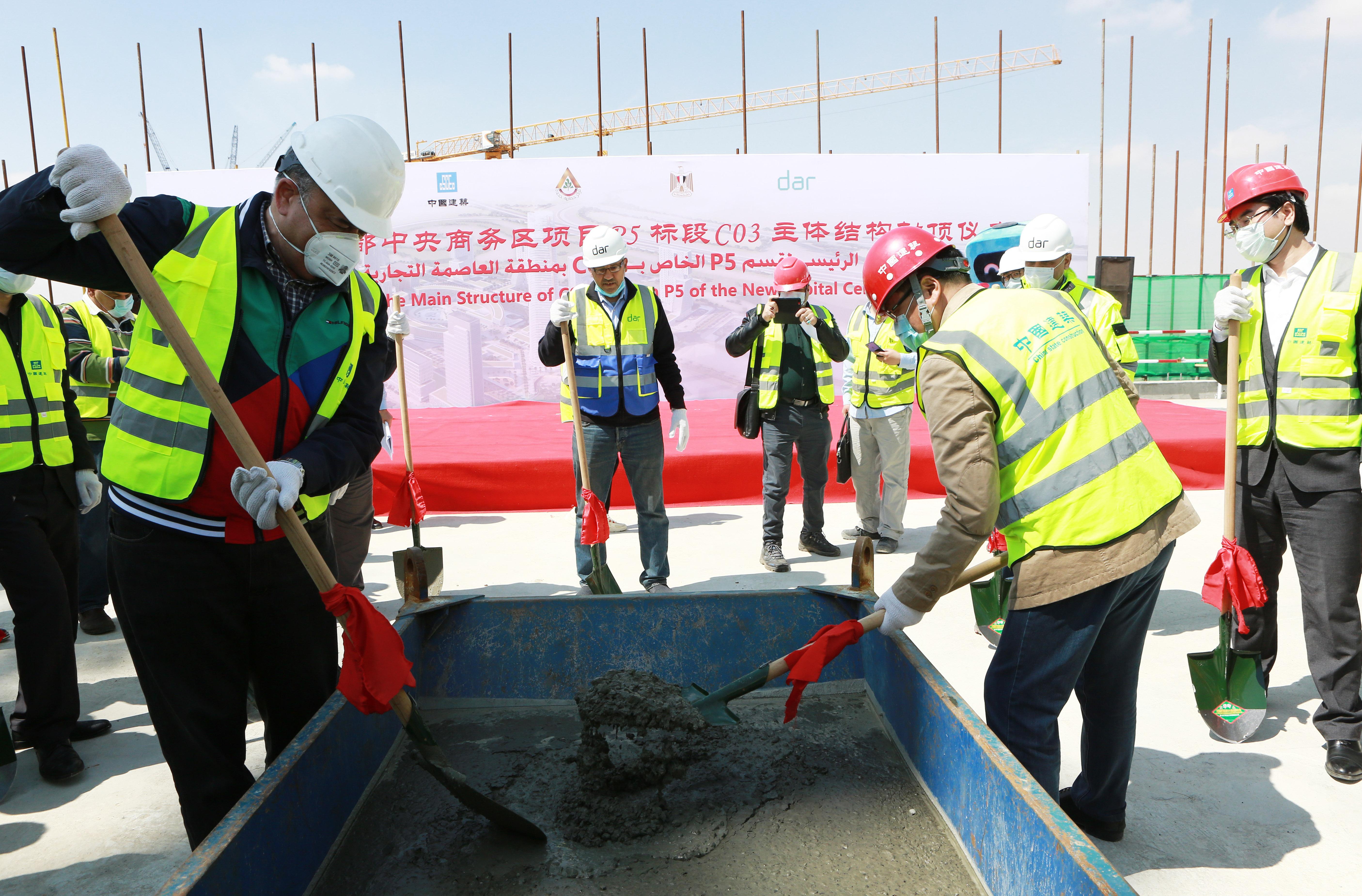 这是3月15日在埃及新首都中央商务区项目工地拍摄的首栋建筑单体封顶仪式现场。.JPG
