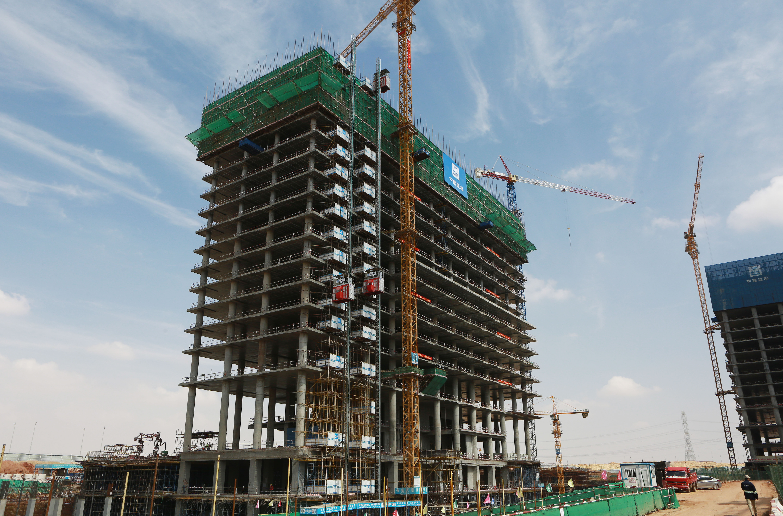 这是3月15日在埃及新首都中央商务区项目工地拍摄的首栋封顶的建筑单体项目P5标段C03办公楼主体结构。.JPG