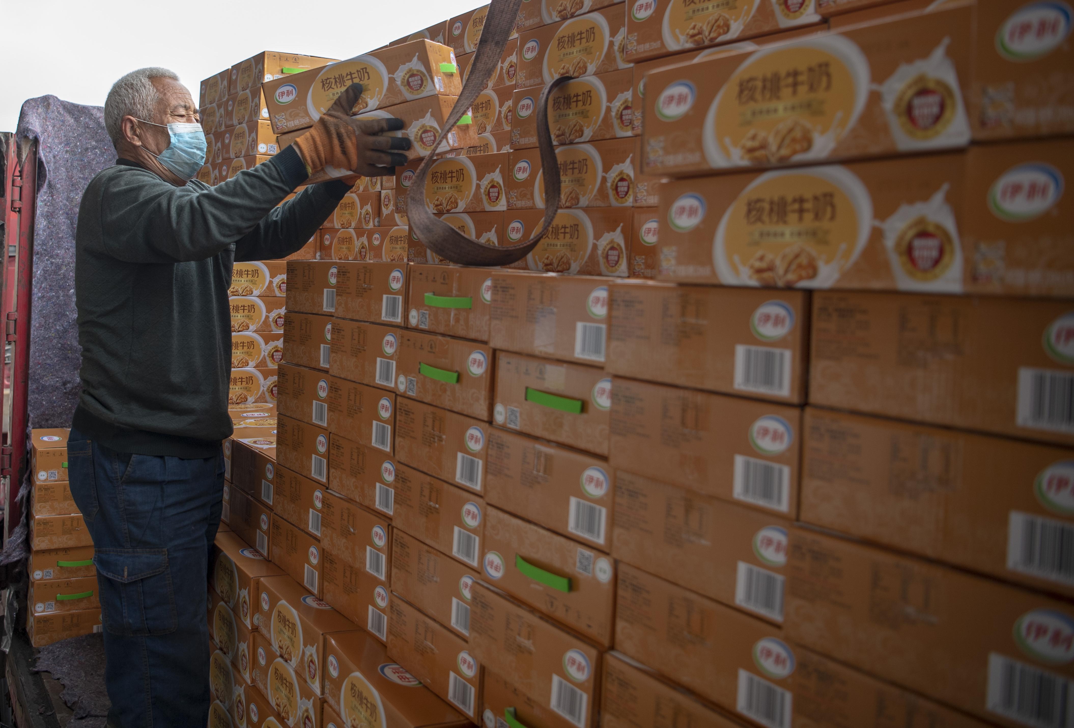 新华社照片,太原,2020年3月12日 3月12日,在山西中鲁物流园区,工作人员在搬运货物。 新华社记者 杨晨光 摄