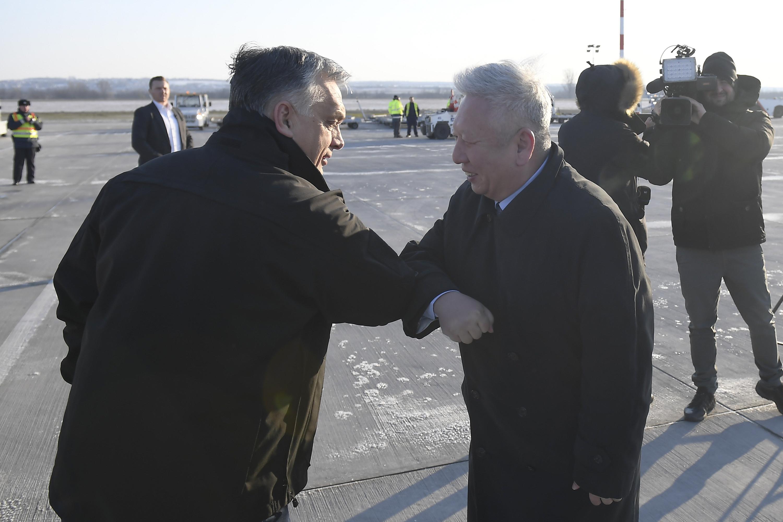 新华社照片,布达佩斯,2020年3月25日 3月24日,在匈牙利布达佩斯李斯特国际机场,匈总理欧尔班(左)与中国驻匈牙利大使段洁龙相互致意。新华社发(陶马什·科瓦奇 摄)
