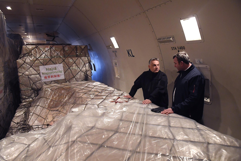 新华社照片,布达佩斯,2020年3月25日 3月24日,在匈牙利布达佩斯李斯特国际机场,匈总理欧尔班(左)查看防疫物资。新华社发(陶马什·科瓦奇 摄)
