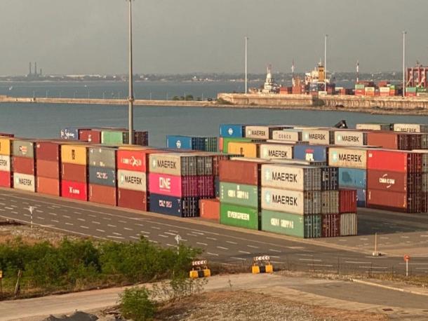 """从科伦坡集装箱码头""""搬家""""的集装箱稳稳地躺在东码头.jpg"""