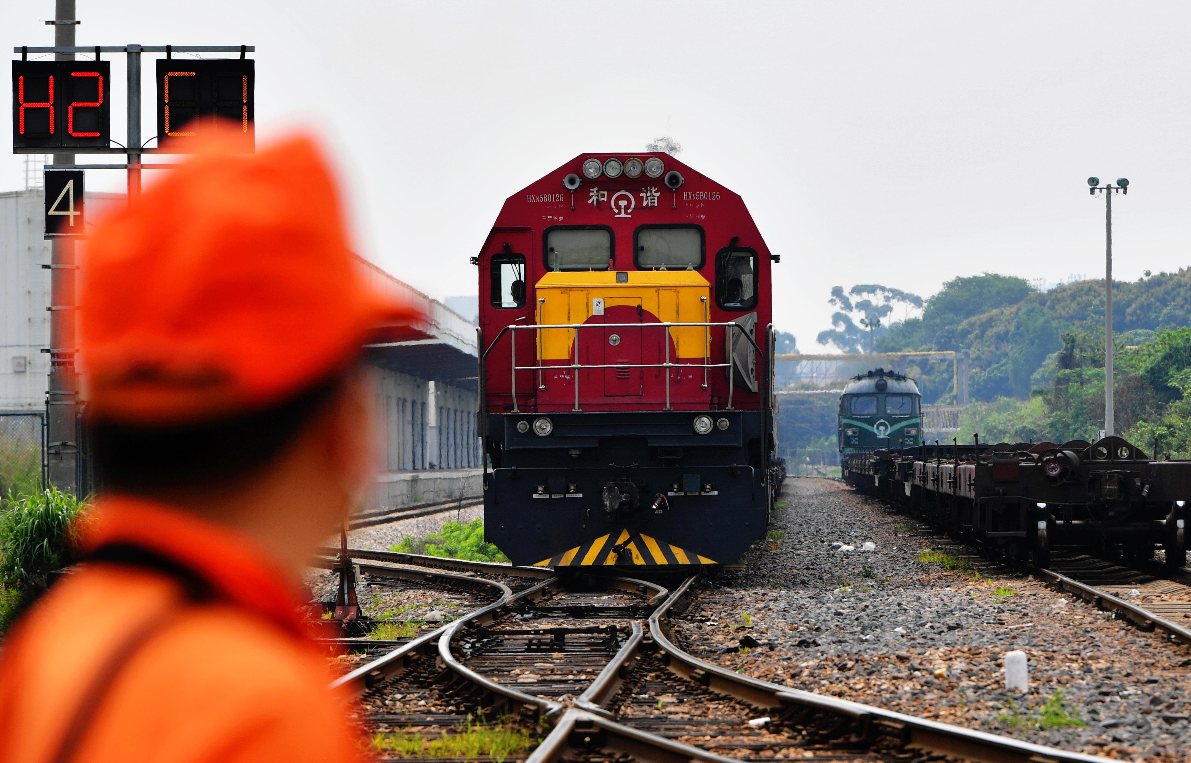 新华社照片,厦门(福建),2020年4月25日 4月25日,搭载出口欧洲防疫物资的X8098次货物列车在厦门海沧站鸣笛出发。 新华社记者 魏培全 摄