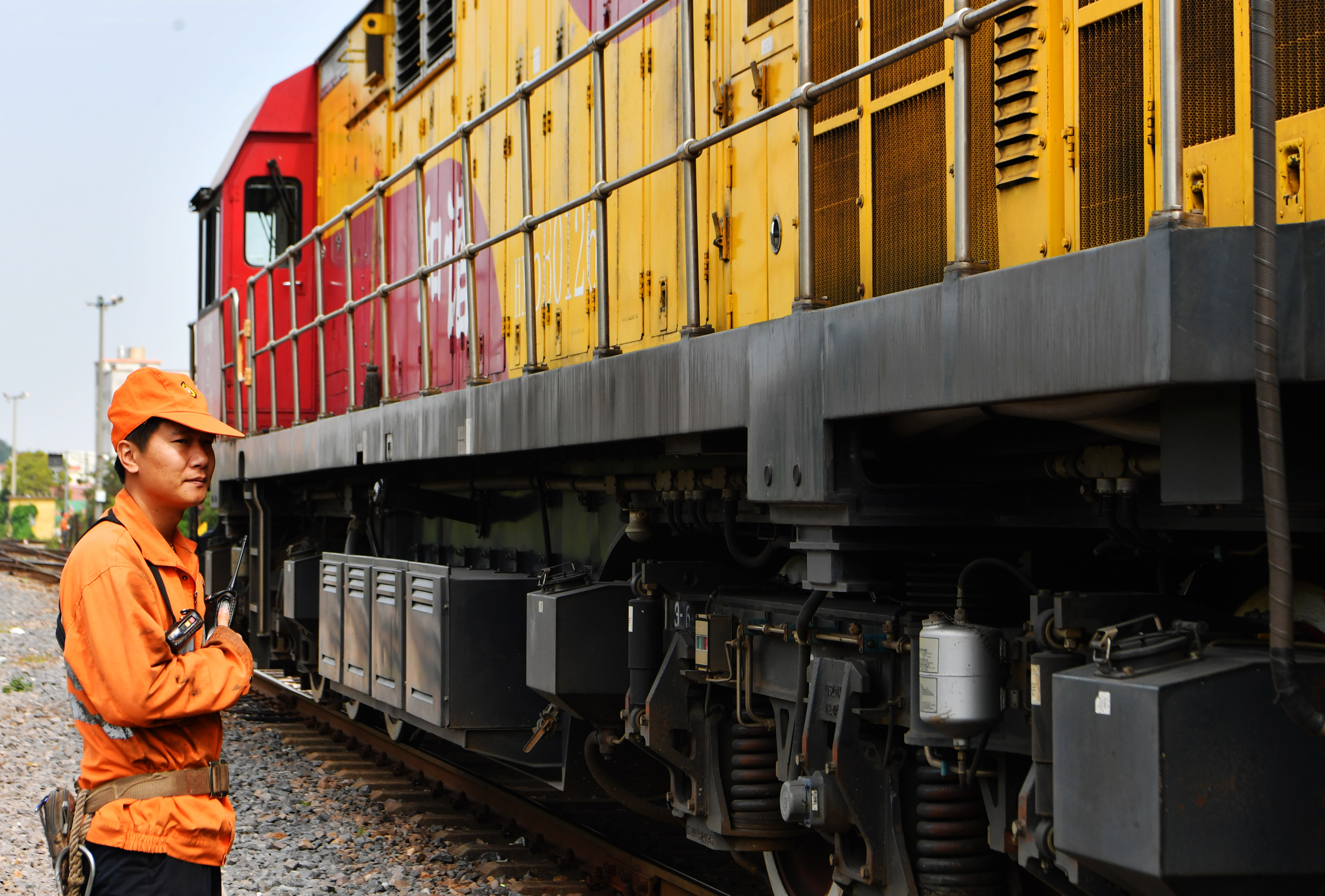 新华社照片,厦门(福建),2020年4月25日 4月25日,搭载出口欧洲防疫物资的X8098次货物列车在厦门海沧站准备出发。 新华社记者 魏培全 摄