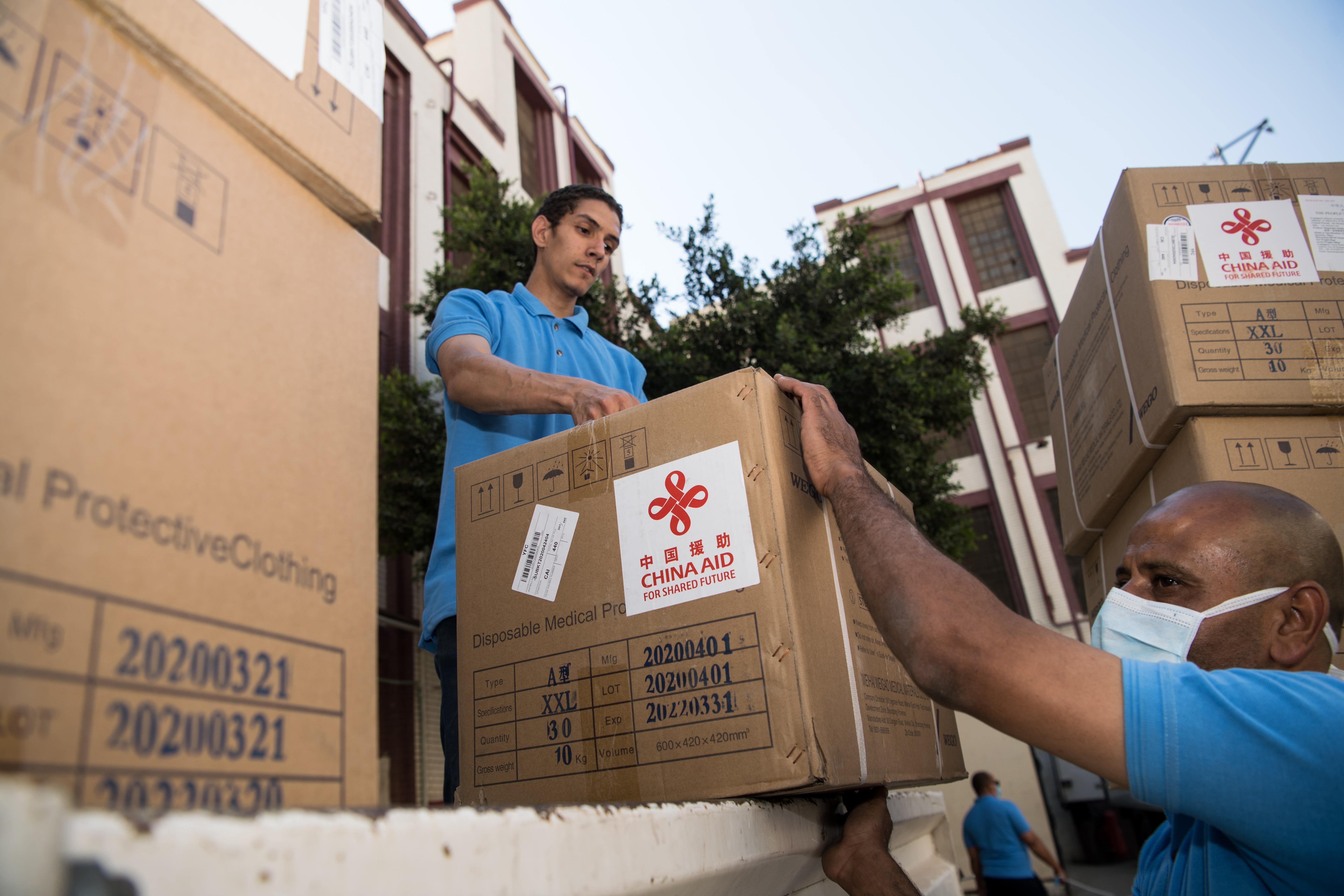 新华社照片,开罗,2020年5月10日 5月10日,在埃及首都开罗,工作人员搬运中国政府援助的抗疫物资。 新华社记者邬惠我摄