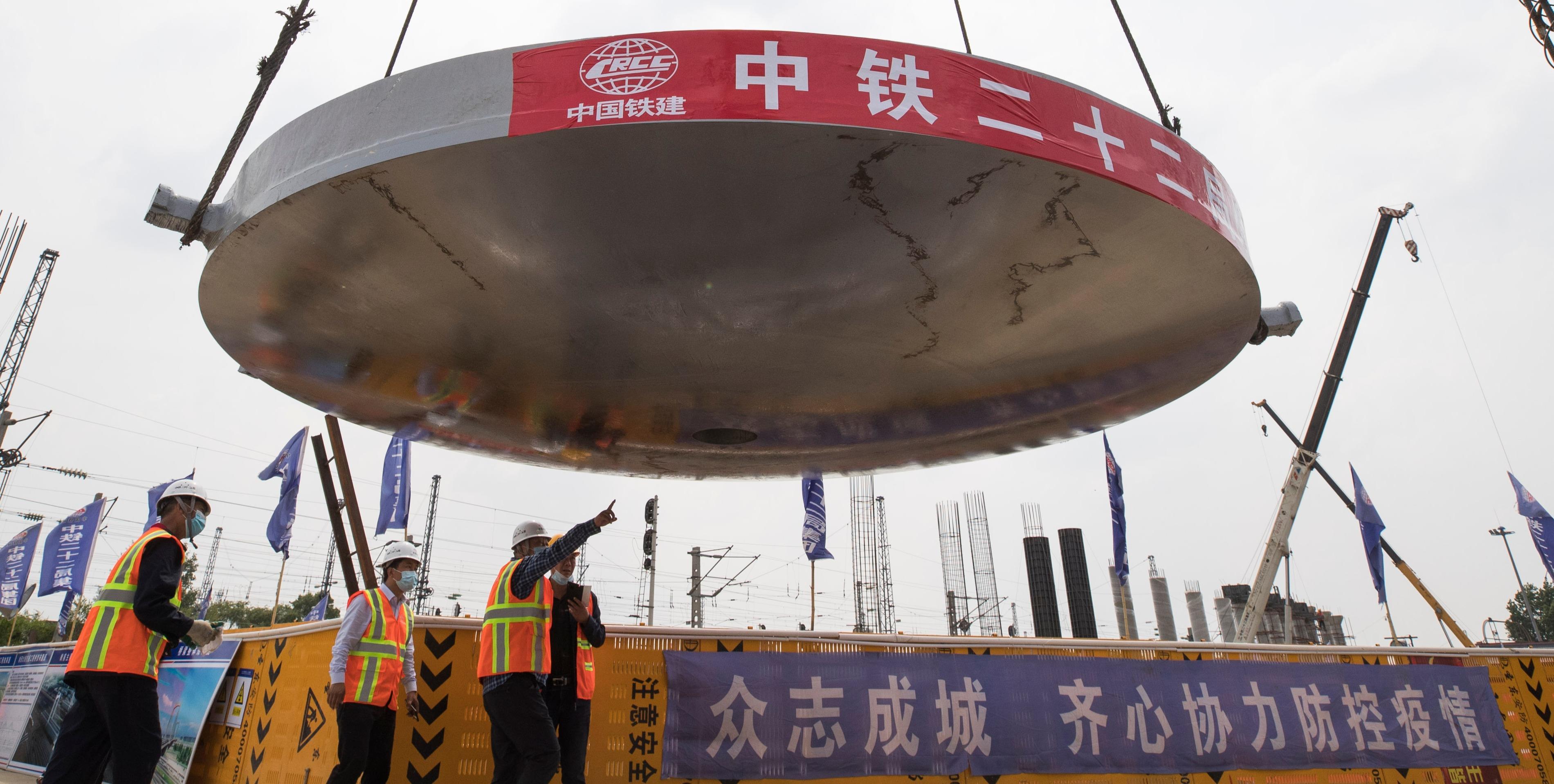 哈尔滨:哈西大街打通工程双塔双索面转体斜拉桥完成转体球铰安装