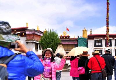 西藏五大机场64条航线助力高原经济发展