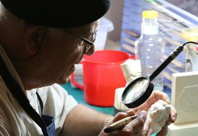 传承土耳其海泡石雕刻艺术的匠人