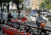 中国城市开始治理共享单车过多问题