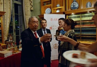 中国白酒香飘巴黎 五粮液亮相巴黎中国文化中心