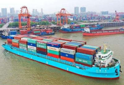 长江中游最大集装箱船首航