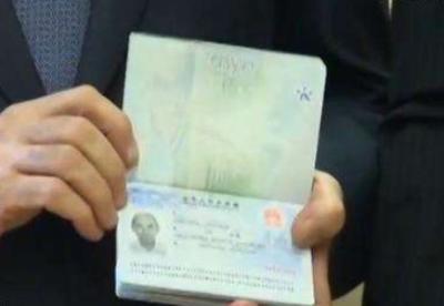 中国驻英大使颁发首张生物识别签证