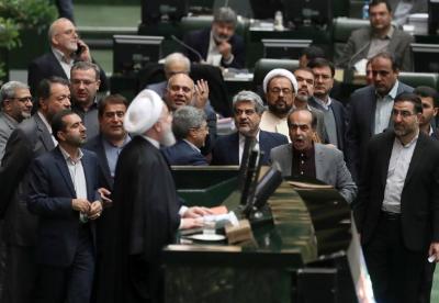 伊朗总统向议会递交下一财年预算案