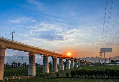 """京哈高铁穿越""""中华5000年文明的曙光"""""""