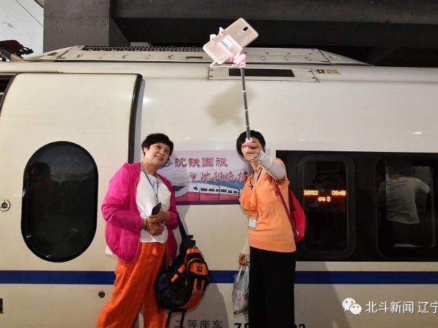 沈铁:高铁旅游列车首次开进内蒙古草原