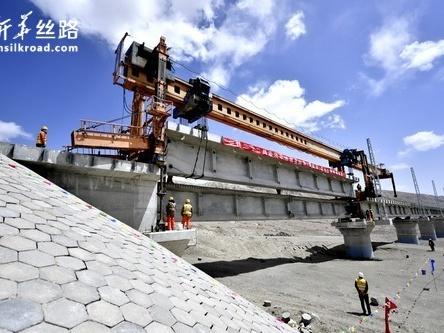 格库铁路青海段完成铺轨