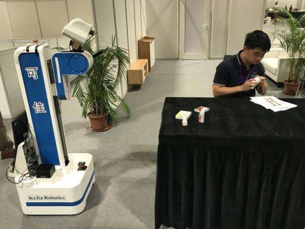 """澳门:""""助老机器人""""闪亮2019世界人工智能联合大会"""