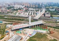 武汉:一座3.6万吨桥梁转体跨越11条铁路线