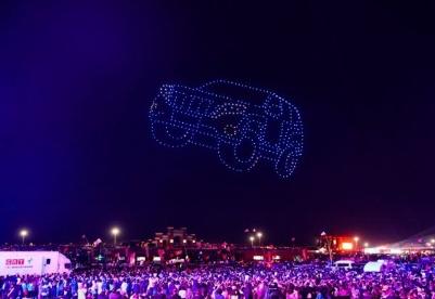 """2019第14届阿拉善英雄会看点: 无人机""""点亮""""腾格里沙漠之夜"""
