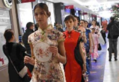 """首届法国""""汉服节""""举行 中国传统服饰惊艳巴黎"""