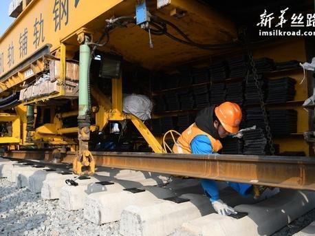 银西高铁陕西段开始全线铺轨