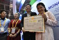 第二届进博会首日参展商获颁首张营业执照