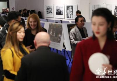 纪念中法建交55周年图片展在巴黎举行