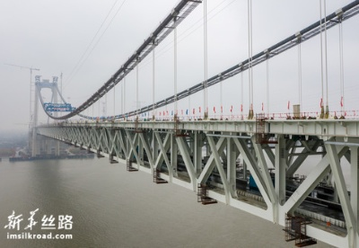 我国首座公铁两用悬索桥五峰山长江大桥成功合龙