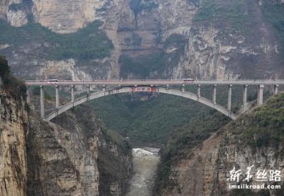 乌蒙山区川滇黔交界处鸡鸣三省大桥全面建成通车
